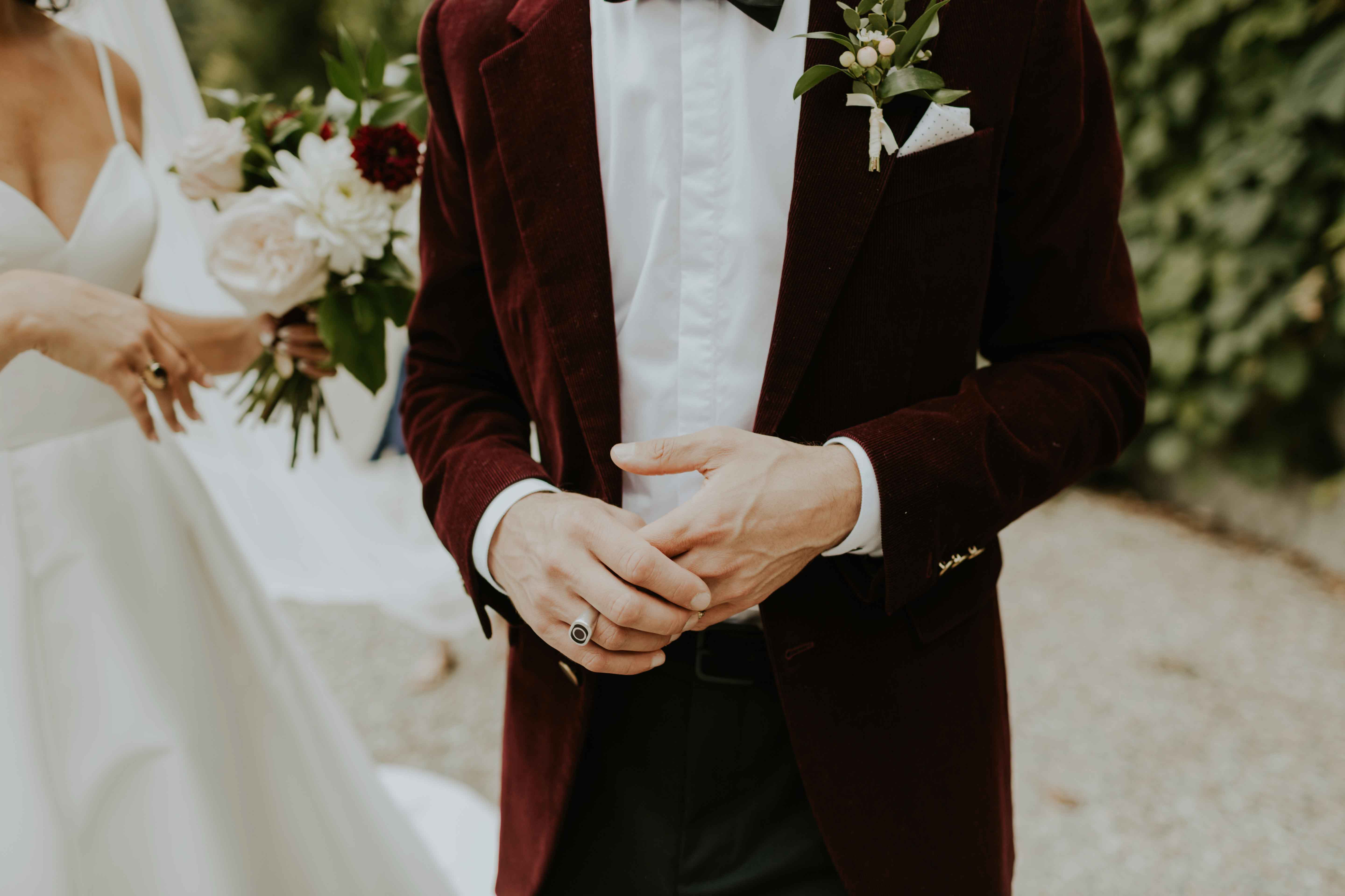 Blazer with buttonhole and bouquet.